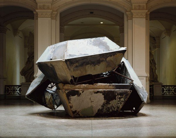 """Olaf Metzel, """"Deutsche Kiste"""", 1997, Installationsansicht """"Deutschlandbilder. Kunst aus einem geteilten Land"""", Martin-Gropius-Bau, Berlin 1997 © Olaf Metzel / VG Bild-Kunst, Bonn, 2015 · Foto: Jens Ziehe"""