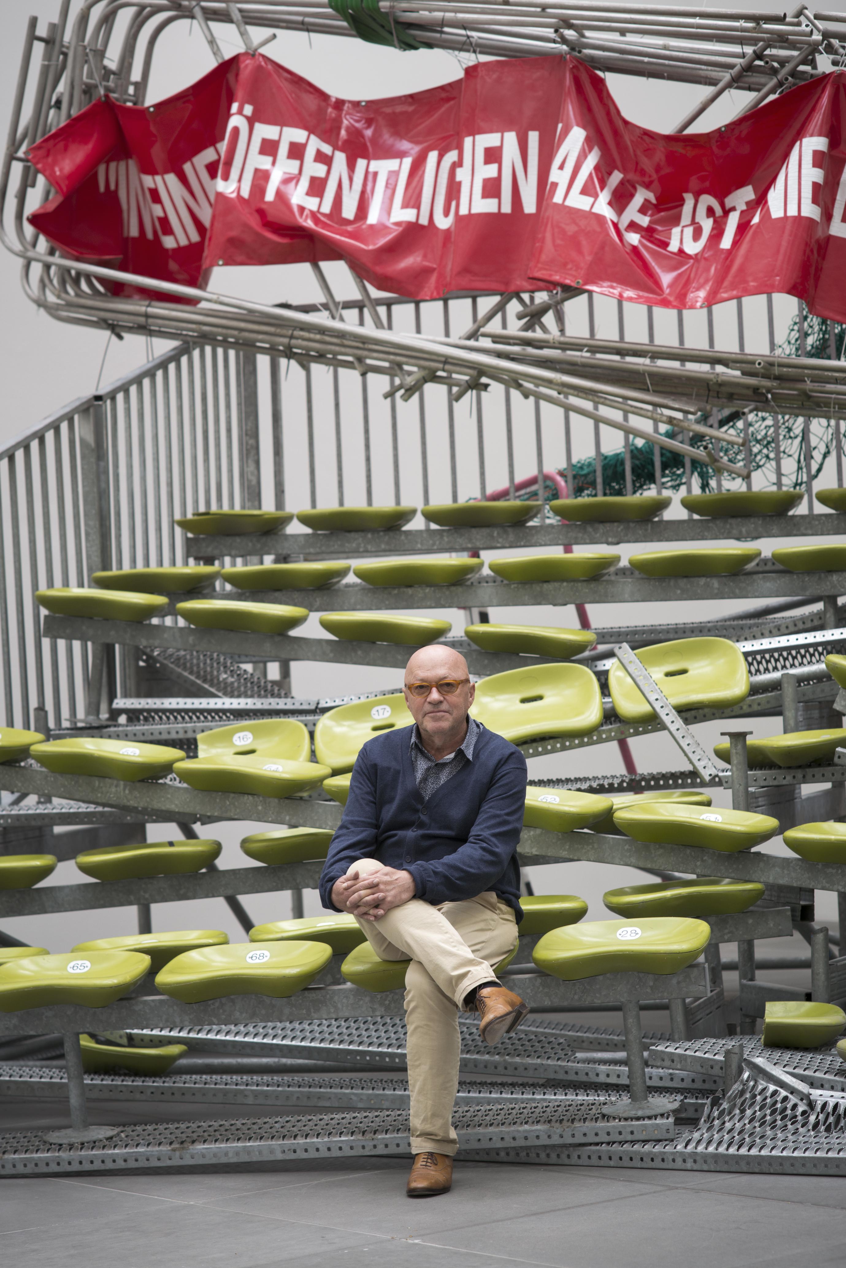 """Olaf Metzel, """"In einer öffentlichen Halle ist nie ein Mensch zum Fegen da"""", 1996/2014 / Olaf Metzel, """"Auf Wiedersehen"""", 1996/2015 © Olaf Metzel / VG Bild-Kunst, Bonn, 2015 · Foto: Leonie Felle"""