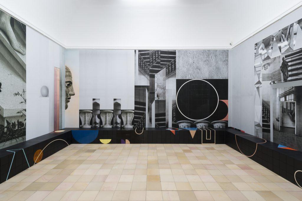Claudia Wieser, All That Is, 2015, Installationsansicht Kunsthalle Nürnberg, Bedruckte Tapeten, Sitzbänke mit glasierten Keramikfliesen, Courtesy Claudia Wieser und Sies+Höke, Foto: Annette Kradisch