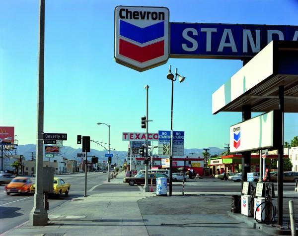 4._beverly_boulevard_y_la_brea_avenue_los_angeles_california_21_de_junio_de_1975._de_la_serie_uncommon_places