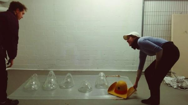 Lucia Büchner und Alex Chalmers beim Ausstellungsaufbau, Foto Lisa Klosterkötter