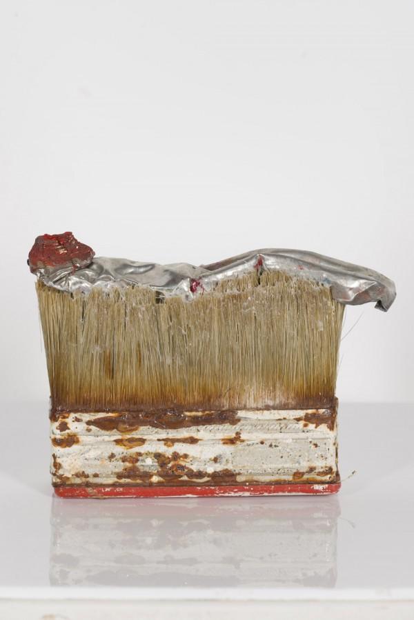 """Jürgen Brodwolf: """"ohne Titel, (Bürste)"""", 1985, Tubenfigur und Bürste, ca. 9 x 10 x 3 cm, Galerie & Verlag St.Gertrude"""