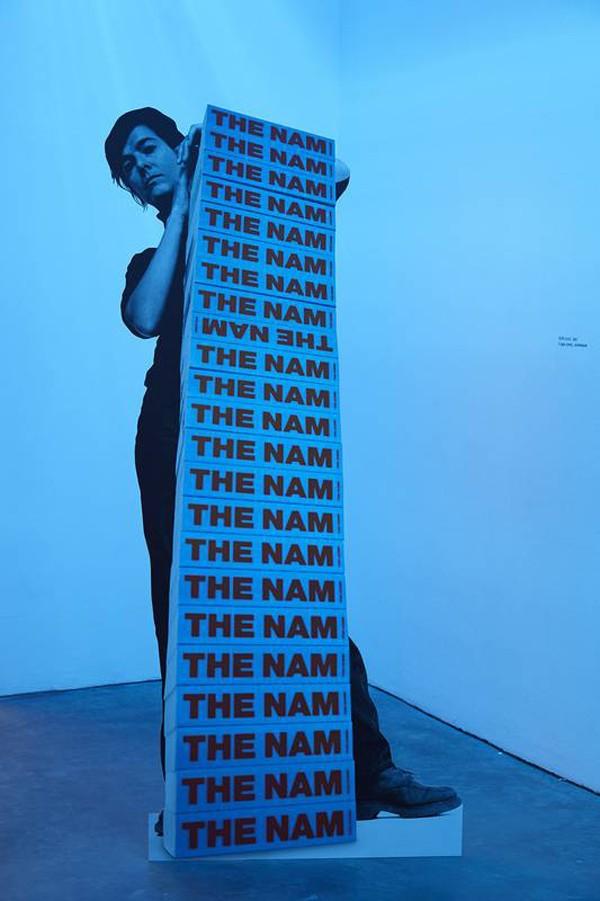 Fiona Banner: NAM Stack, 1997. Foto: Stuart Whipps