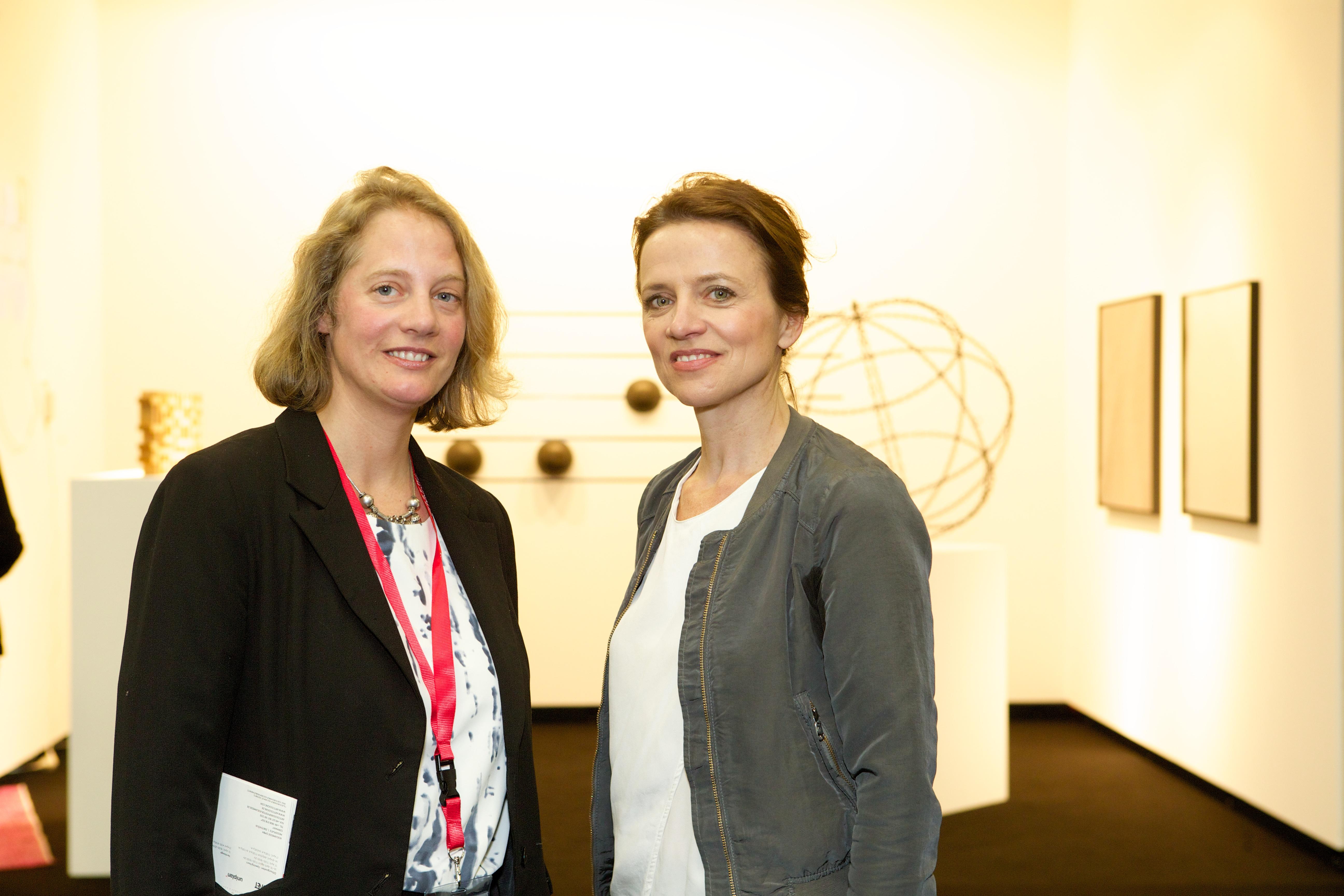 Nathalie Hoyos, Kuratorin der Art Collection Telekom, mit Antje Hundhausen, Vice President 3D Brand Experience und verantwortlich für die Kunstsammlung der Deutschen Telekom AG auf der ART COLOGNE 2016. Foto: Deutsche Telekom