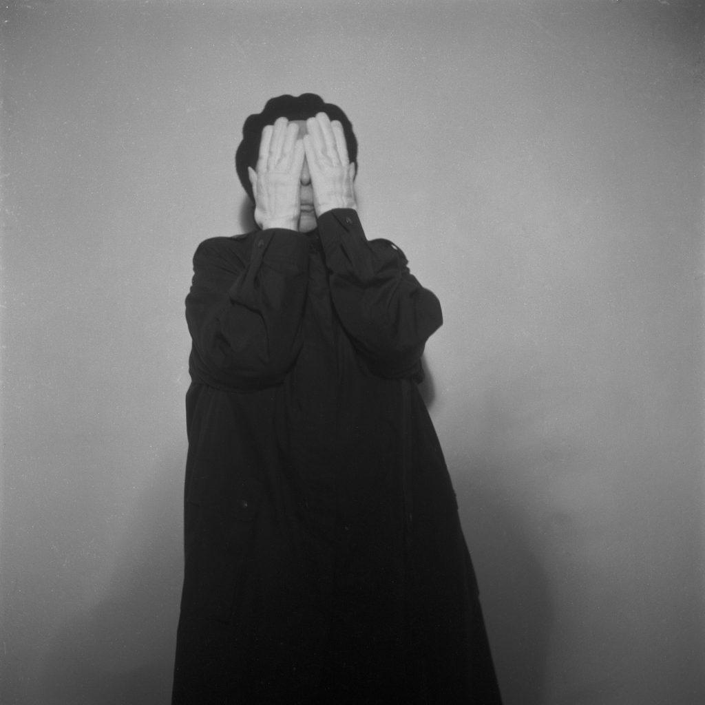 Geta Brătescu (*1926) Alteritate, 2002/2011 Fotografie, 9-teilig, je 50 x 50 cm © courtesy of the artist, Ivan Gallery und Galerie Barbara Weiss Foto: Aurora Kiraly
