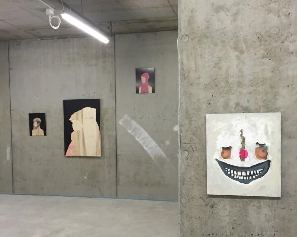 """Ausstellungsansicht freitagssalon reloaded, 2016 – """"Der Zirkus ist in der Stadt"""" von Lukasz Chrobog und Tafelreliefs von Annette Streyl aus der Serie """"Museum für Arme"""" im Hintergrund"""