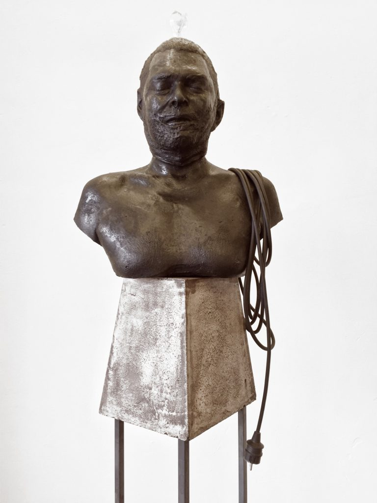 Peyman Rahimi: o.T. Gefärbter Beton, Stahl & Elektrik, Courtesy Galerie Kai Erdann und der Künstler.
