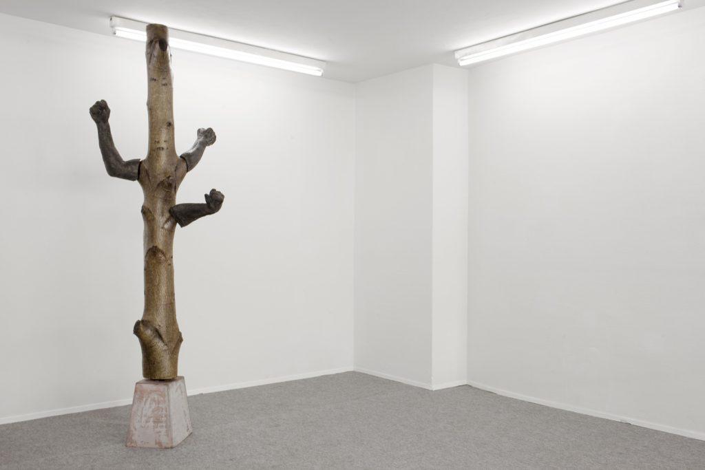 Peyman Rahimi: o.T. Gefärbter Beton & geöltes Holz, Courtesy Galerie Kai Erdann und der Künstler.