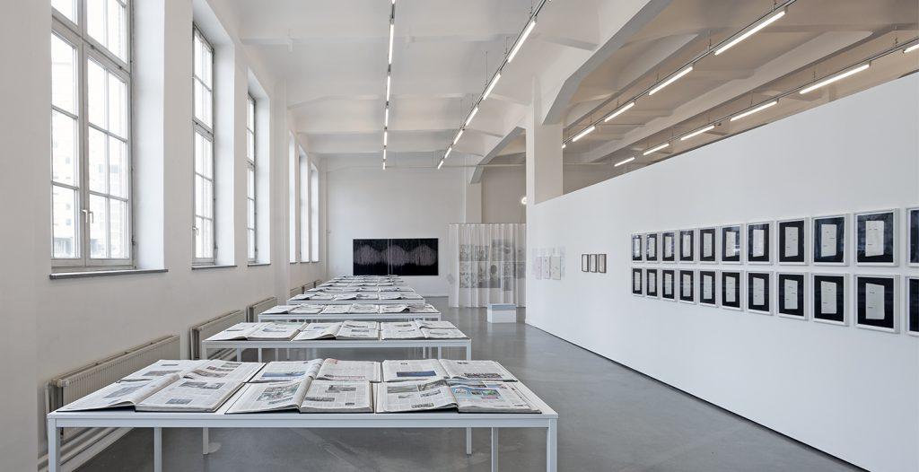 """Ausstellungsansicht """"...und eine Welt noch"""", Kunsthaus Hamburg. Banu Cennetoglu: 11.08.2015, 2015, in Deutschland gedruckte Tageszeitungen mit dem Datum des 11.08.2015, 70 Bände, Hardcover."""