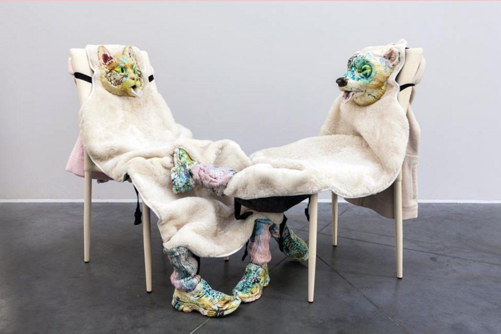 Kris Lemsalu, Treasure box violence, Dimension variabel, Keramik, Textilien, Metall, Stühle, 2016, Courtesy Temnikova & Kasela Gallery, Tallin & Galerie Kai Erdmann, Hamburg