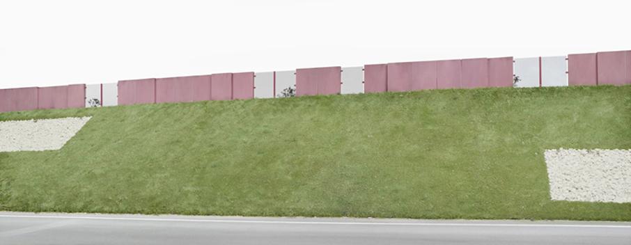 Oliver Boberg: Lärmschutzwall, 2012, 83,3x180cm, Lambdaprint