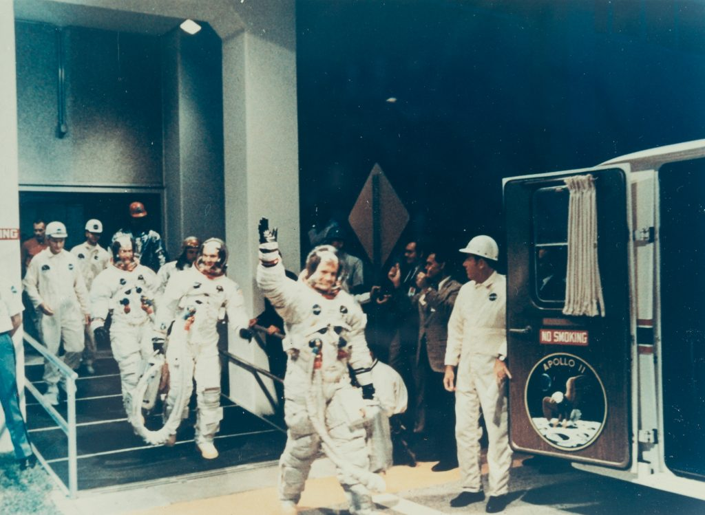 "N.A.S.A. ""Apollo 11: Crewmen leaving MSOB during prelaunch countdown"", Schätzpreis: € 500 © NASA."