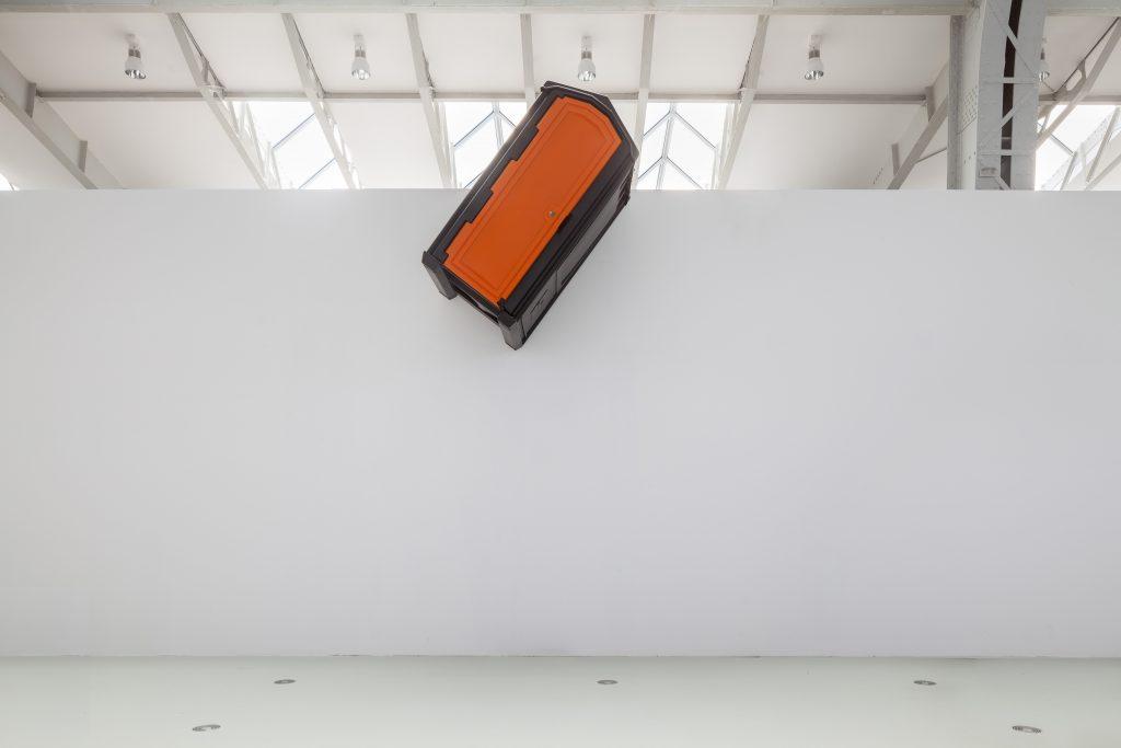 Andreas Slominski – DAS Ü DES TÜRHÜTERS (Detail), Installation in der Halle für aktuelle Kunst der Deichtorhallen Hamburg, Foto: Henning Rogge / Deichtorhallen Hamburg