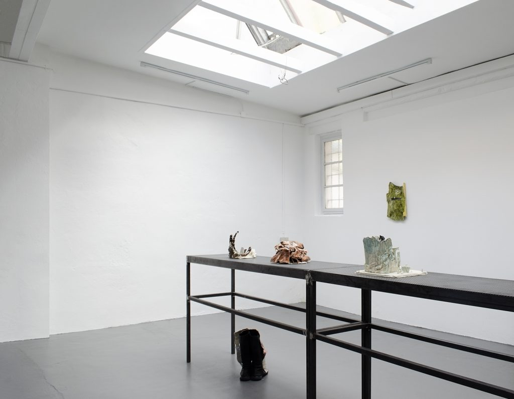 Gloria Zein: ohne Helm und ohne Hose, Ausstellungsansicht, © Galerie Sturm