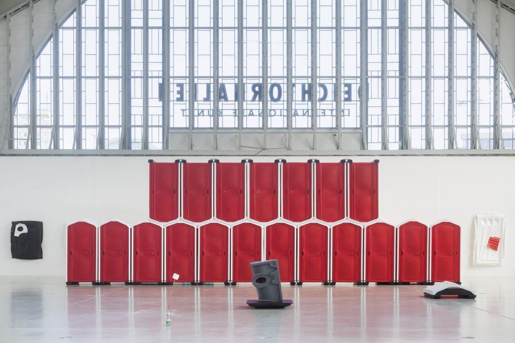 Andreas Slominski: DAS Ü DES TÜRHÜTERS (Detail), Installation in der Halle für aktuelle Kunst der Deichtorhallen Hamburg, 14. Mai – 21. August 2016. Foto: Henning Rogge / Deichtorhallen Hamburg.
