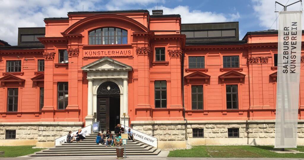 Salzburg, sonnig: Mittagspause der Tagungsteilnehmer vor dem Kunstverein