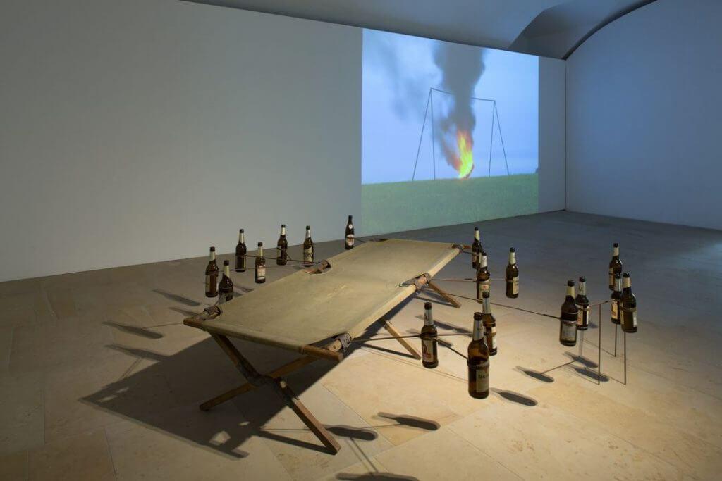 Installationsansicht Kunstpalais: Johannes Vogl. Machinery Misfits: Schaukel, 2010 und Feldbett, 2010 © VG Bild-Kunst, Bonn 2016 // Foto: Erich Malter