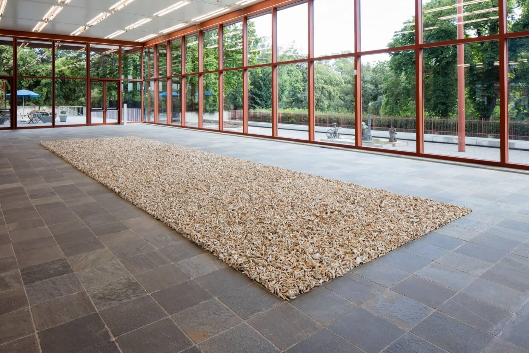 © Ai Weiwei Studio, Foto: © Belvedere, Wien 100.000 antike Teekannenschnäbel aus Keramik von den Song bis Qing Dynastien; Installationsmaße: 1400 x 400 cm