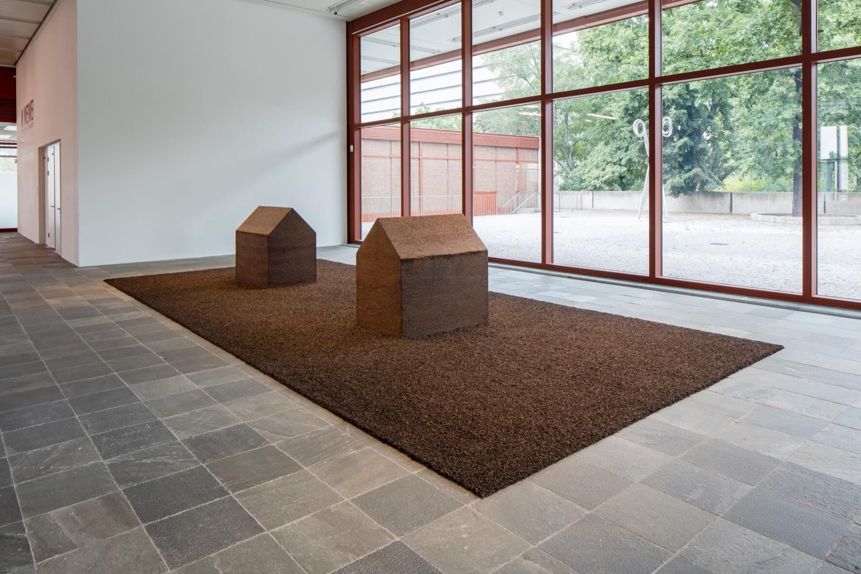 © Ai Weiwei Studio, Foto: © Belvedere, Wien Gepresster Pu-Erh-Tee; Installationsmaße: 800 x 400 cm; 180 x 120 x 180 cm jeweils.