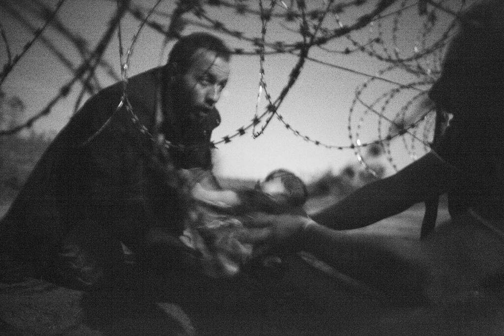 World Press Photo des Jahres 2015 / 1. Preis Fotoserien, Harte Fakten, Warren Richardson, Australien, Hoffnung auf ein neues Leben, serbisch-ungarische Grenze, 28. August 2015.
