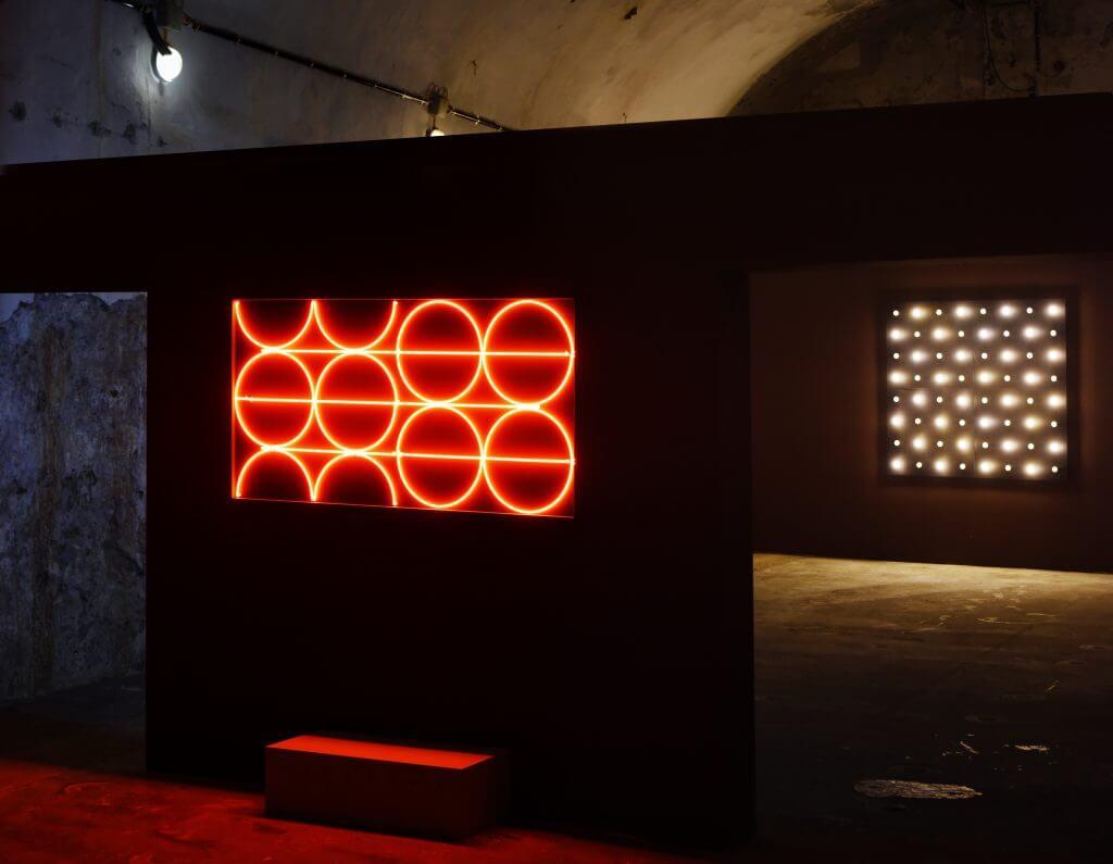 François Morellet: Néon abscon. Im Hintergrund: 64 lampes - Allumage avec 3 rythmes superposés  © Frank Vinken