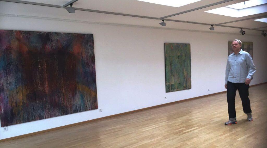 Ausstellungsansicht mit dem Künstler © Kunstmuseum Erlangen