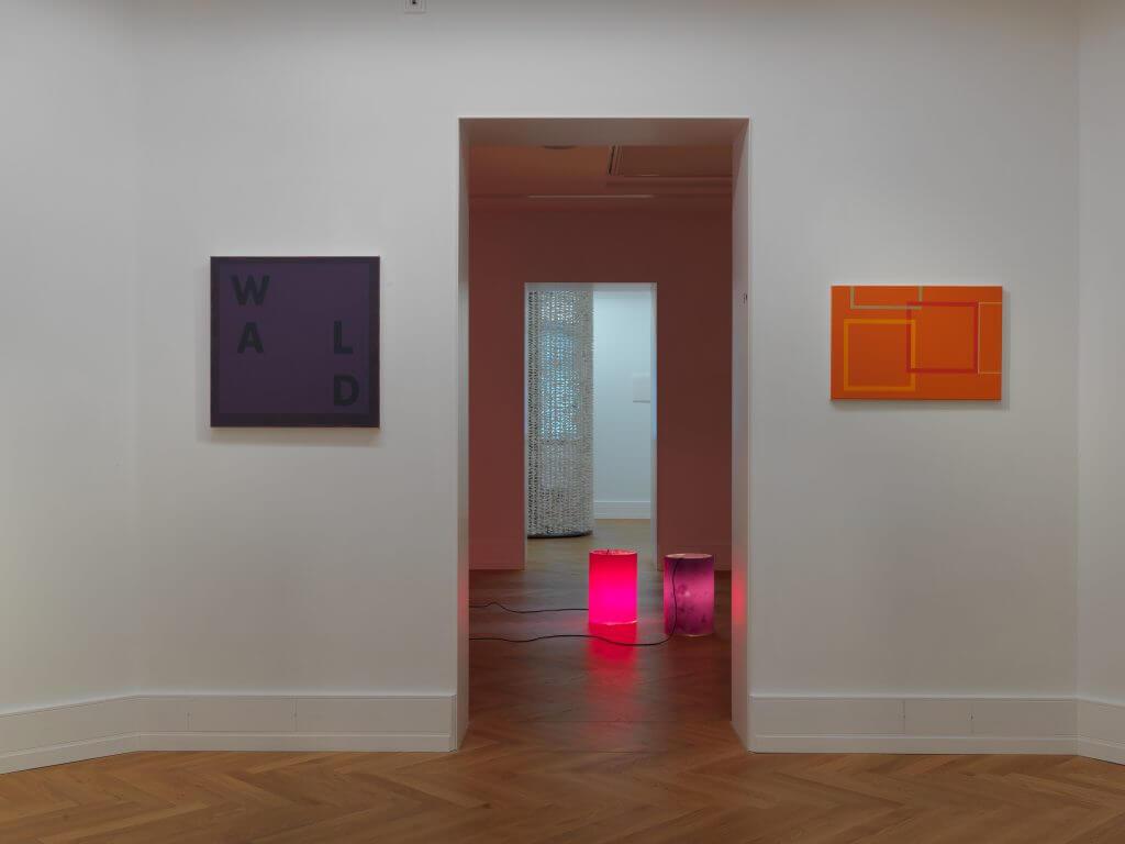 Blick in die Ausstellungsräume mit Werken von Inge Gutbrod und Markus Kronberger, 2016, Foto: Annette Kradisch © VG Bild-Kunst, Bonn 2016 / Kunstvilla im KunstKulturQuartier