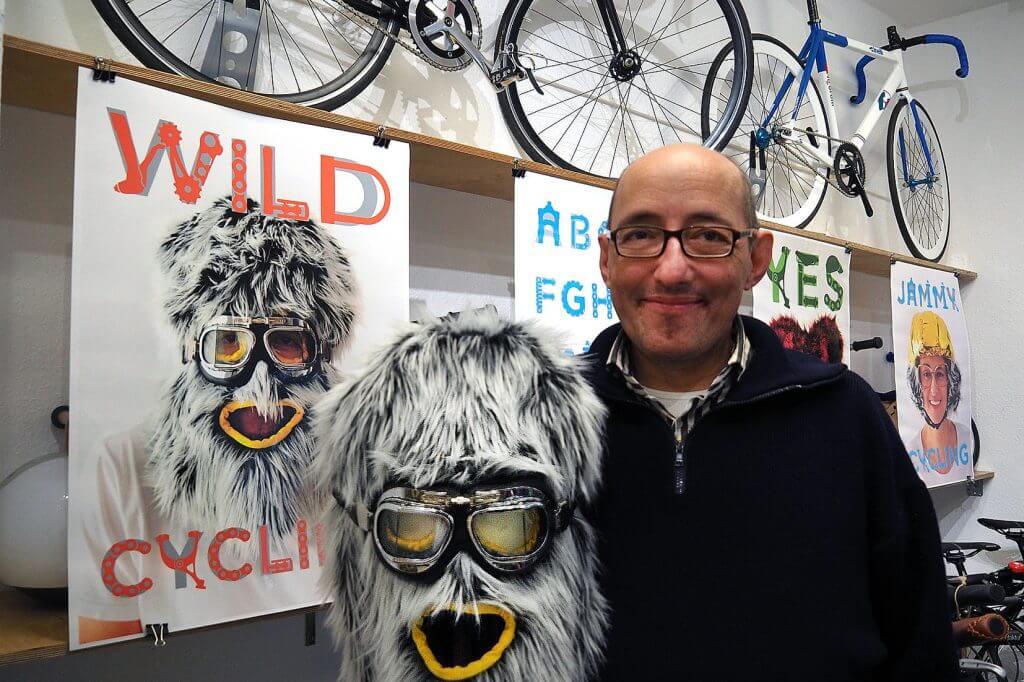Wolfgang Höllerl, Plakatkunst und unkonventionelle Fahrradhelme im Fahrradladen Velo 54.