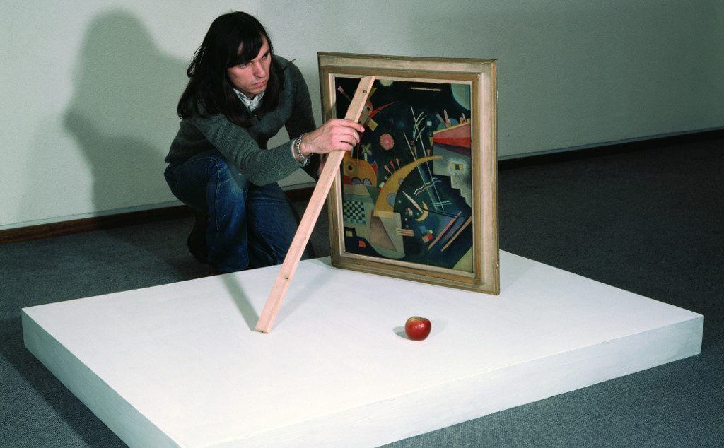 Braco Dimitrijević installing first Triptychos Post Historcus with Kandinsky at the Neue Nationalgalerie, Berlin 1976, Courtesy the artist and Daniel Marzona, Berlin.