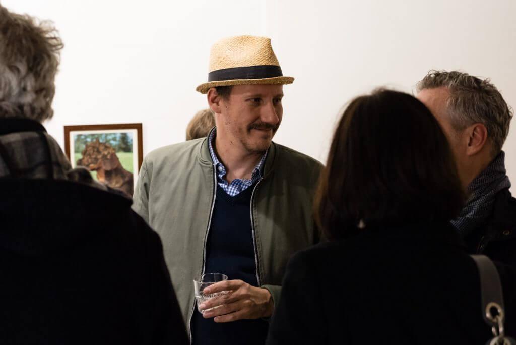 Elmar Lause auf der Vernissage MENSCHTIERWIR, Affenfaust Galerie, Foto: Janto Djassi