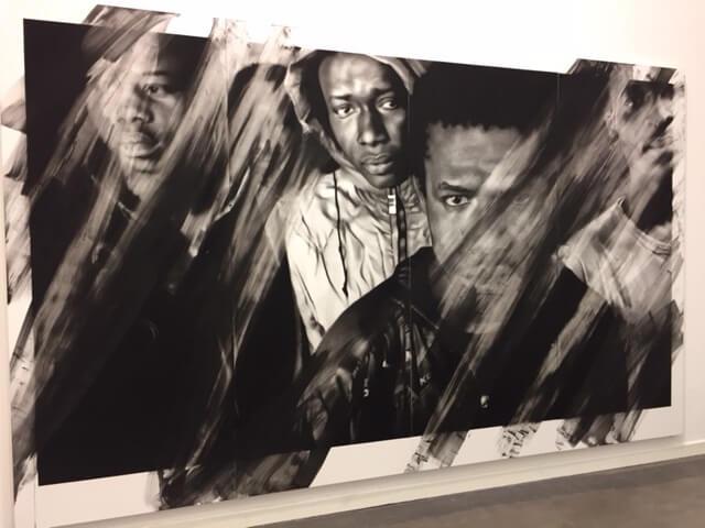 """Valentin van der Meulen: """"Soleil Noir"""", 2016, Kohle, Radiergummi, schwarzer Stein, Wasser, Papier auf Holz montiert, 2,4 x 5 m"""