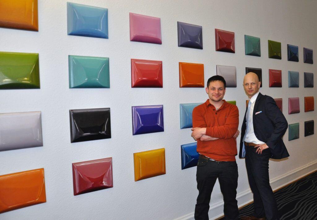 Felix Rehfeld und Rene Spiegelberger vor Rehfelds Unikat Relief-Reihe