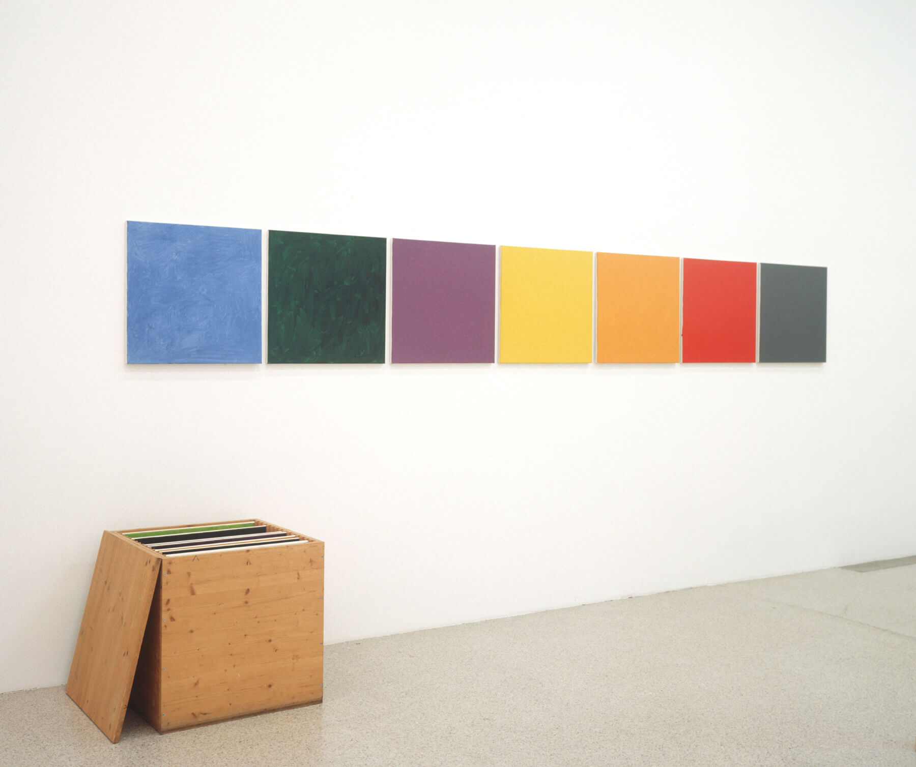 Heimo Zobernig O.T., 1989 Öl auf Leinwand, 15 Bildtafeln in Holzkiste / Oil on canvas, 15 pictures in wooden box, 205 x 432 x 70 cm Sammlung und Gertraud Bogner im mumok / collection Dieter and Gertraud Bogner at mumok seit/since 2006 © Bildrecht Wien / Heimo Zobernig, 2016 Photo: mumok.