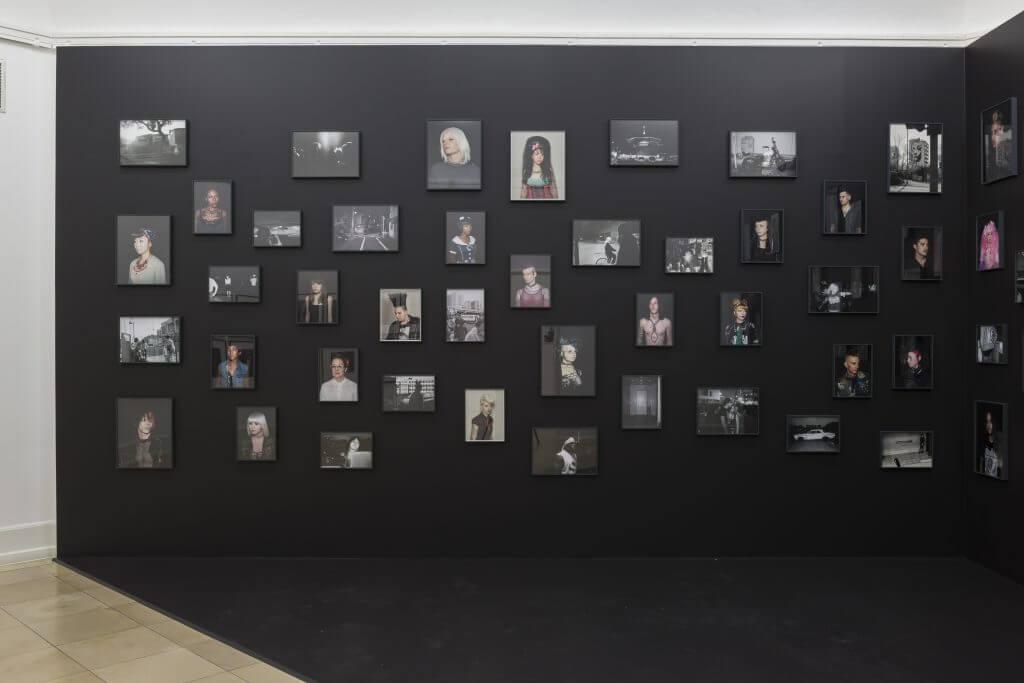 """Oliver Sieber: 84 Arbeiten aus der Serie """"Imaginary Club"""", 2005–2012, Installationsansicht (Ausschnitt) Kunsthalle Nürnberg 2016, Foto: Annette Kradisch"""