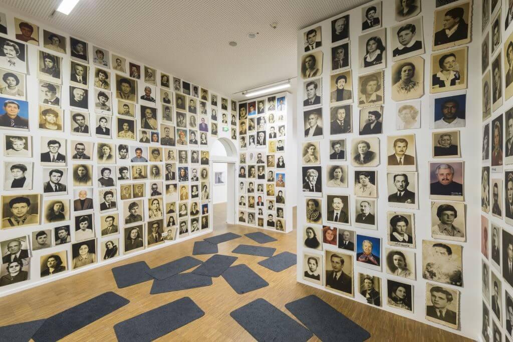 Erik Kessels: Einwanderer, ohne Jahr, Installation aus gefundenen Fotografien, Courtesy der Künstler, Foto: Annette Kradisch