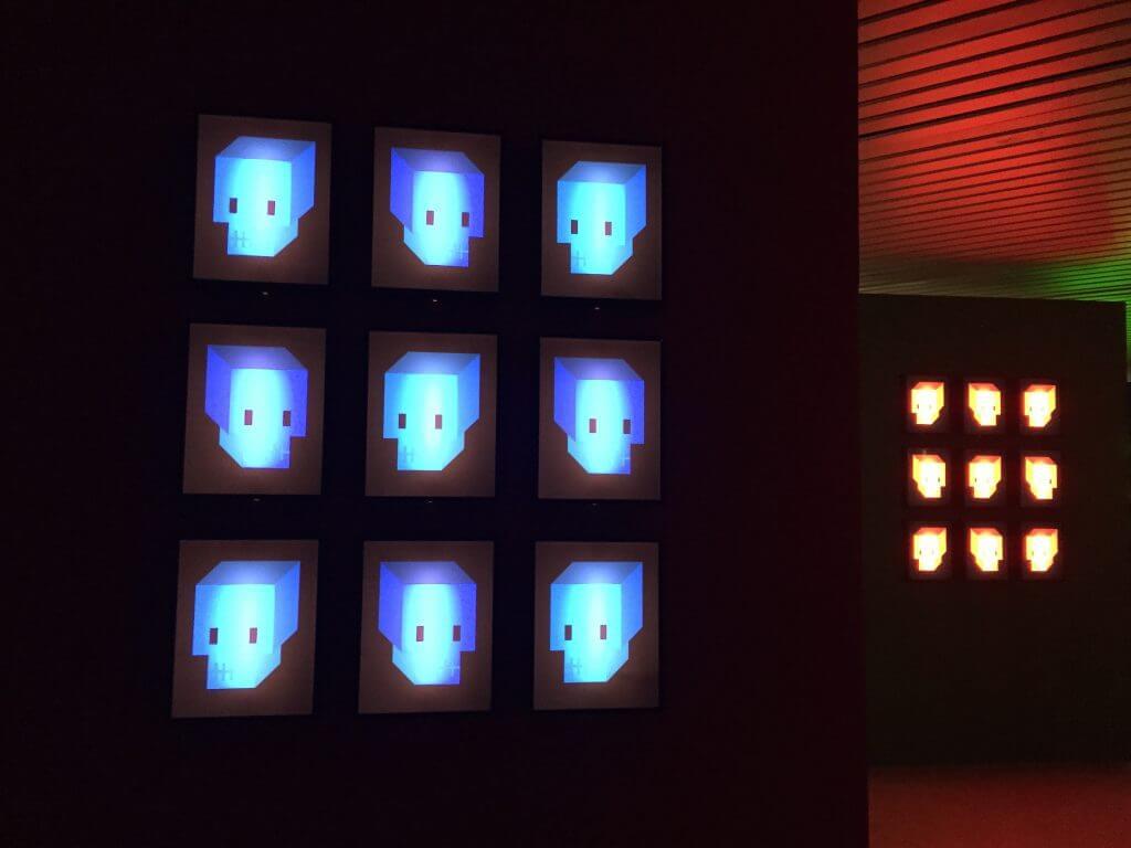 "Doppeldenk ""Skull Blue"", Diasec, Glas, Holzrahmen, Affenfaust Galerie, Foto: Martina John"