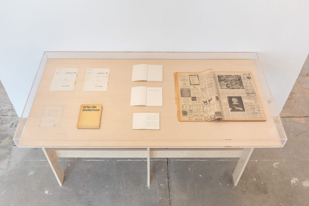 Ian Wilson, Ausgewählte Anweisungen und Publikationen,1968–1989, Vitrine entworfen von Ian Wilson; Courtesy der Künstler und Jan Mot, Brüssel, Leihgabe von Jan Mot, Brüssel / Brussels; Installationsansicht KW Institute for Contemporary Art, 2017, Foto: Frank Sperling