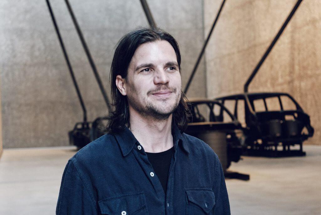 "Michael Sailstorfer vor seiner Installation ""Brenner"", König Galerie, Berlin, Foto: Elena Peters."