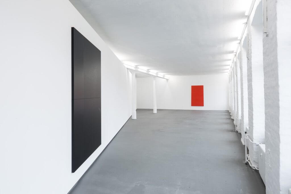 Adam Pendleton, Black Dada/Column (A), 2015, Courtesy der Künstler und Galerie Eva Presenhuber, Zürich ; Ian Wilson, Red Rectangle, 1966 (rekonstruiert  in 2008), Courtesy der Künstler und Jan Mot, Brussels; Installationsansicht KW Institute for Contemporary Art, 2017, Foto: Frank Sperling.