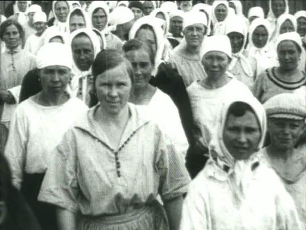 "Harun Farocki Foto: ""Arbeiter verlassen die Fabrik in elf Jahrzehnten"" © Harun Farocki, 2006"