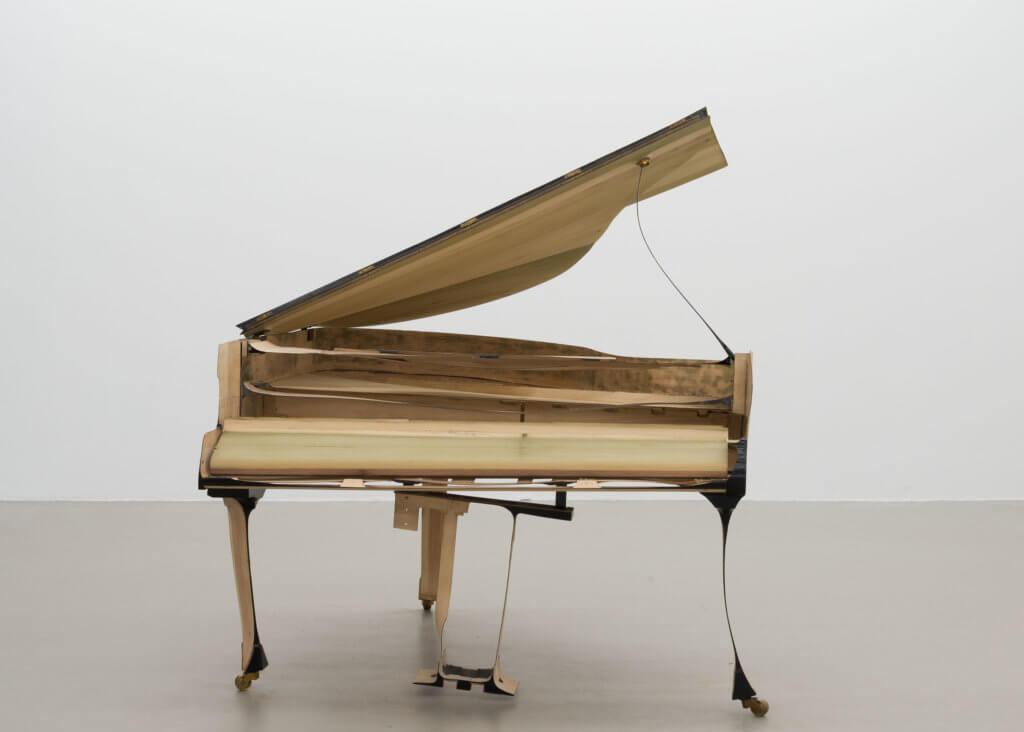 """Benjamin Houlihan: """"skinny grand piano"""", 2015, Flügel geschliffen, 173 x 152 x 189 cm, Ausstellungsansicht Städtische Galerie Nordhorn, Foto: Hye-Mi Kim, Sammlung Schnetkamp"""