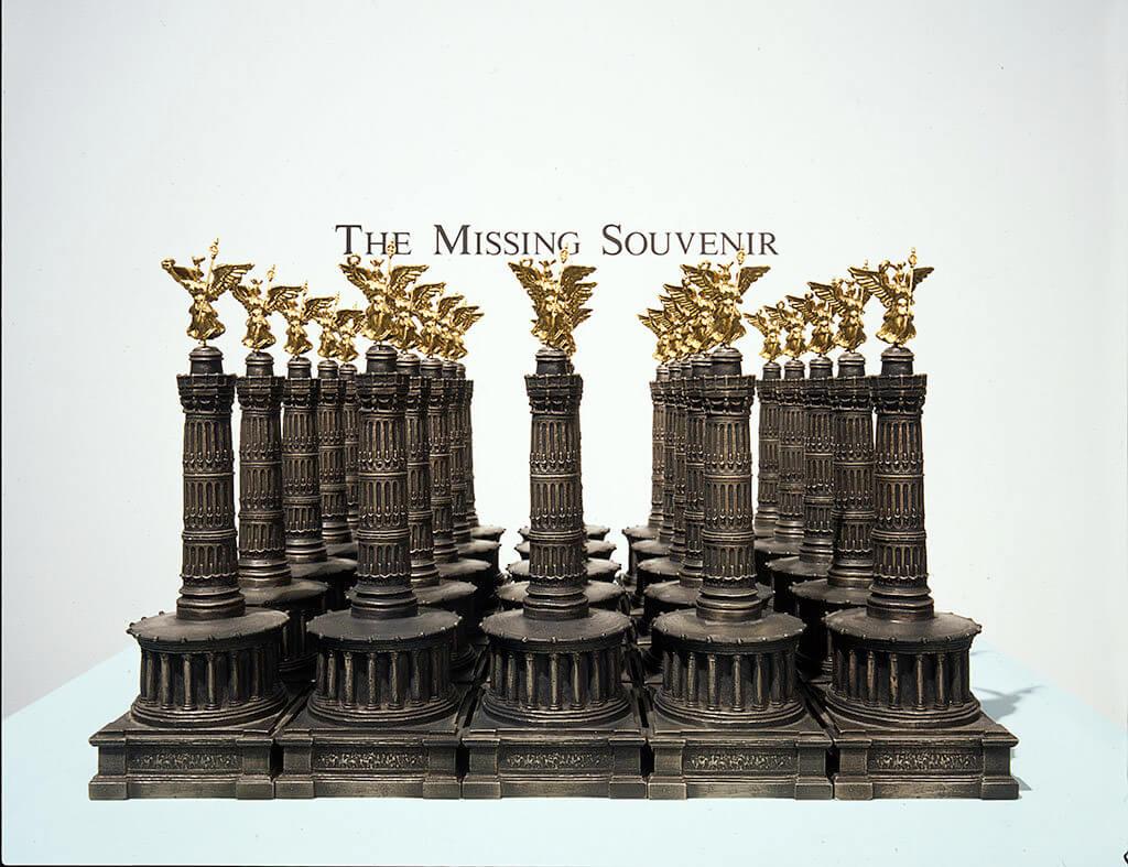 AURA ROSENBERG The Missing Souvenir (Das fehlende Souvenir), 2002, Courtesy der Künstlerin und / of the artist and KW Institute for Contemporary Art, Berlin.
