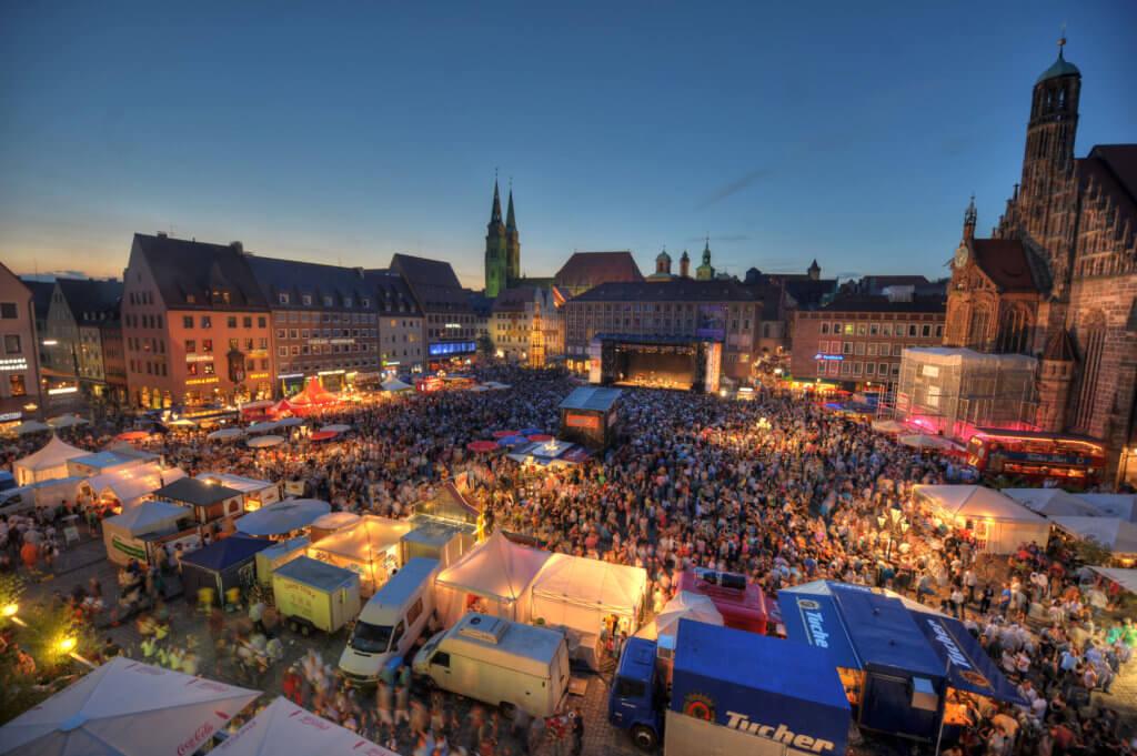Bardentreffen auf dem Hauptmarkt. Foto © Berny Meyer