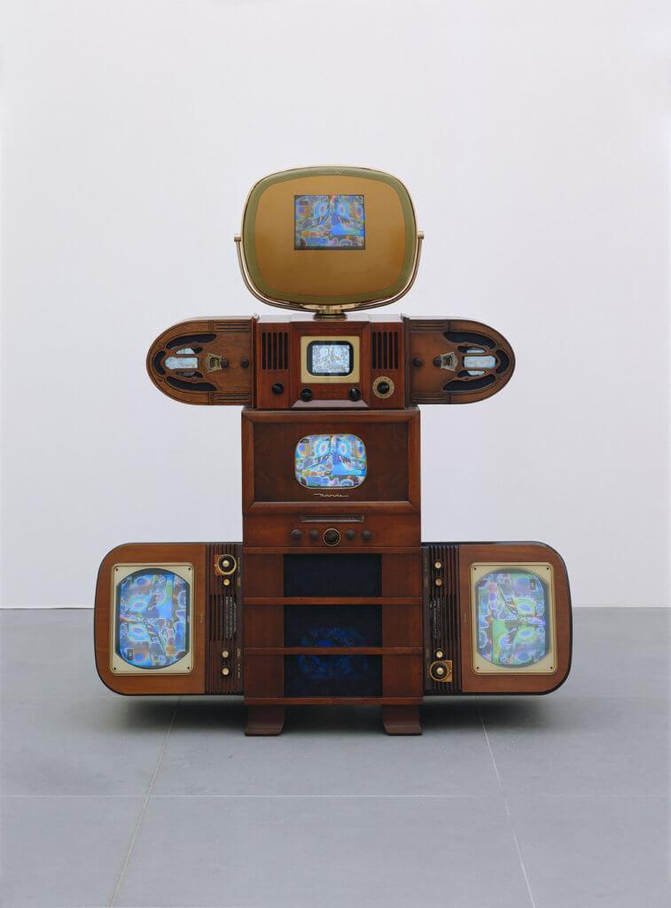 Nam June Paik: Enlightened Baby (Aufgeklärtes Baby), 1988 Videoskulptur aus 5 Fernsehtruhen, 2 Radiotruhen, 8 Fernsehern, DVD-Player und DVD, 178 x 147 x 57 cm; Sammlung internationaler zeitgenössischer Kunst der Stadt Nürnberg im Neuen Museum Nürnberg, erworben 1989. Foto: Annette Kradisch