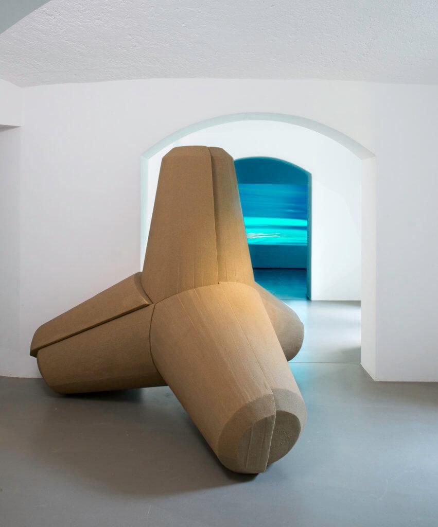 """Stefanie Zoche: """"Tetrapode"""", Sand, Epoxidharz, 2,18 x 2,18 x 2,18 m, 2015 © Stefanie Zoche, VG Bild-Kunst, Bonn, 2017"""