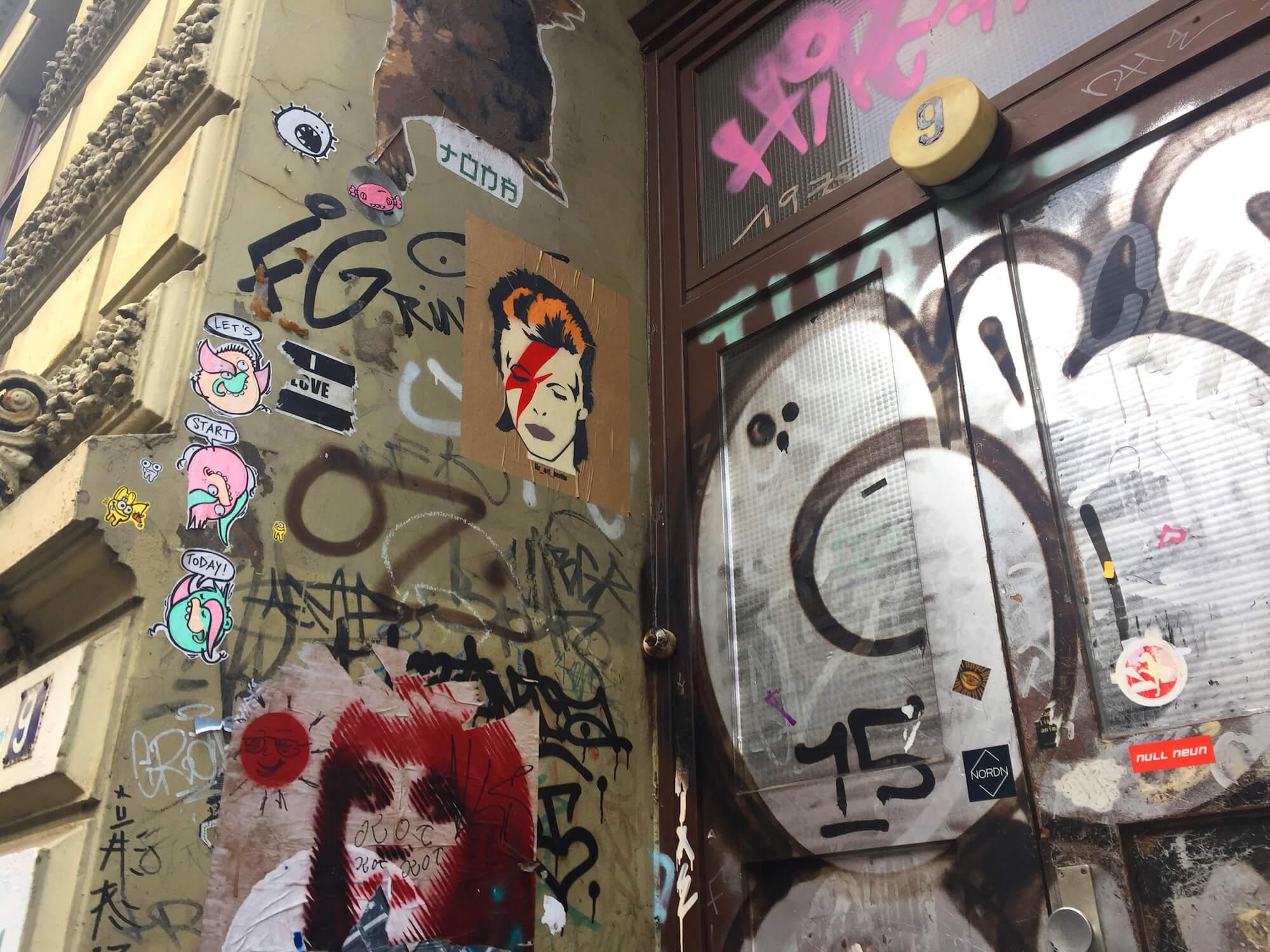 Ist das Streetart oder kann das weg? Graffiti und Paste-ups in der Schanze. Foto: Martina John