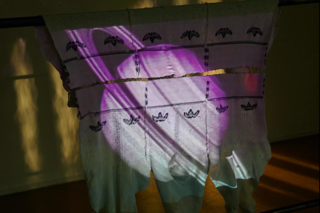 Michael S. Meier, Anti Biota, 2018, 1-channel video installation, PAL, 4:3, stereo sound, 13min., Steel, cotton, clay, spandex, Foto: Johannes Kersting