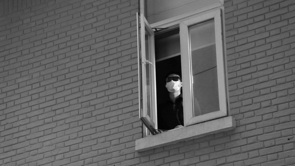 Mann im Fenster