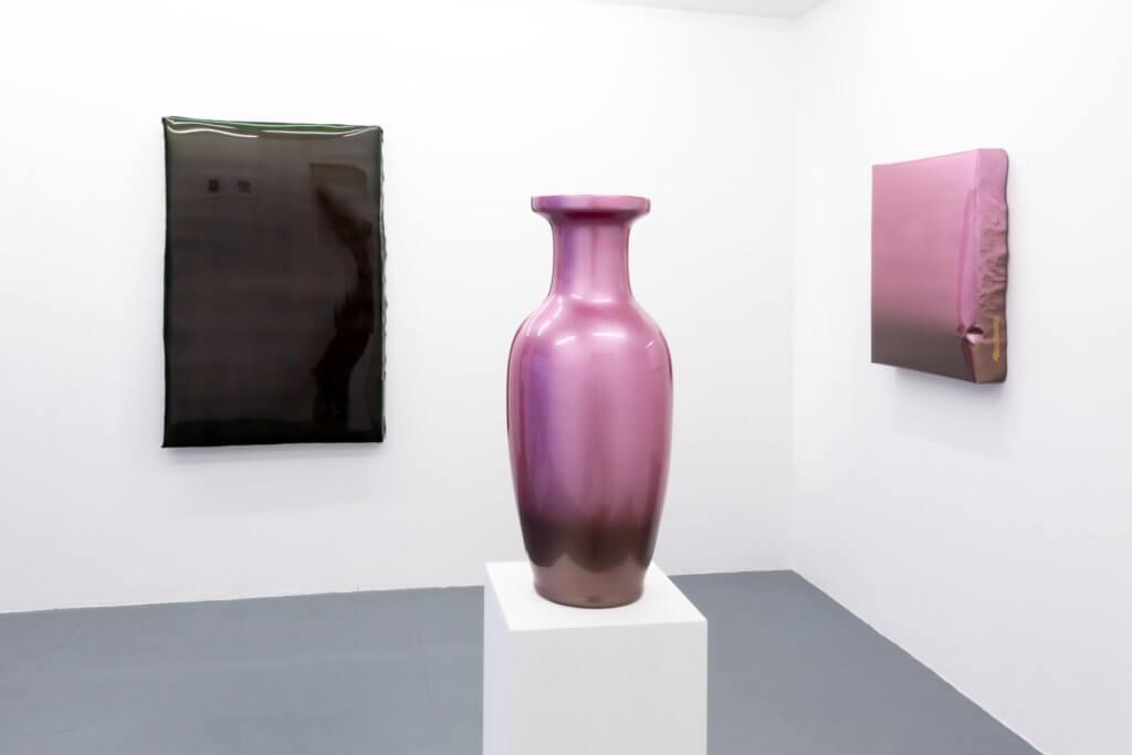 Zwei Lackbilder und eine Vase von Rene Wagner.