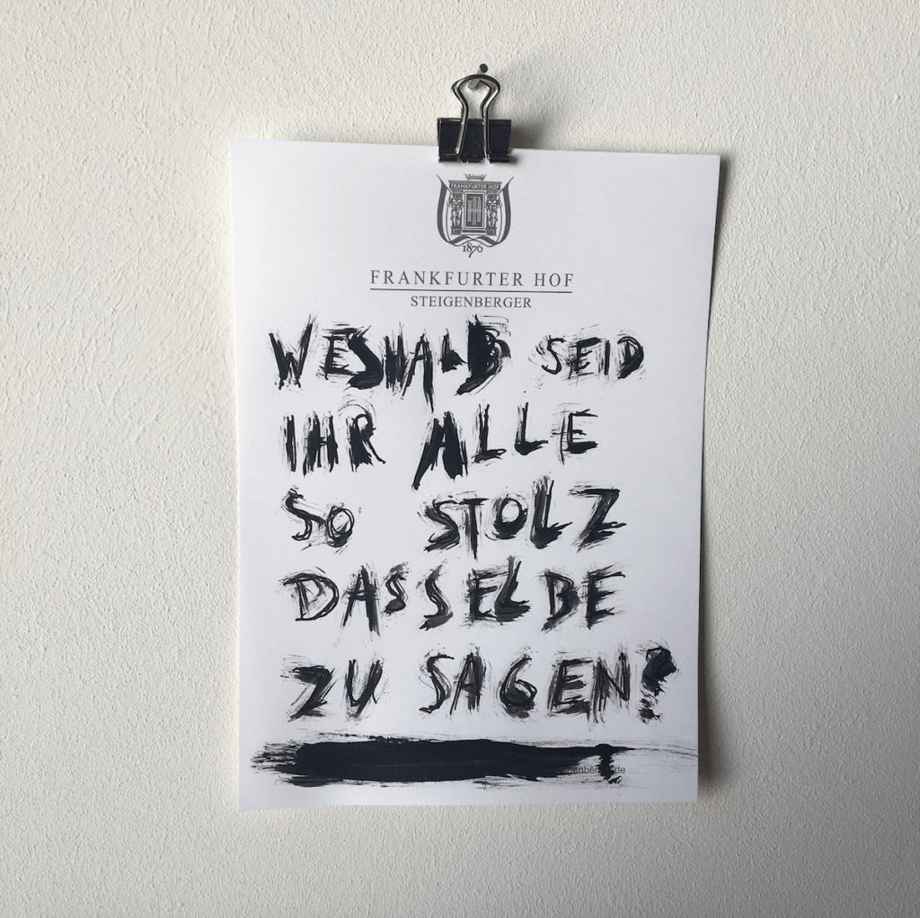 """Eine Zeichnung aus der Reihe """"Notizen aus der Edelquarantäne"""" von Künstler Nicholas Warburg. Auf einem Blatt vom Zettelblock des Hotels Frankfurter Hof steht geschrieben: """"Weshalb seid ihr alle so stolz dasselbe zu sagen?""""."""